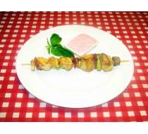 Куриный шашлычок с овощами и соусом