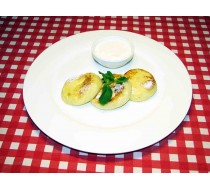 Сырники с изюмом, сметаной и джемом