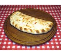 Кальсоне с домашней колбаской и маринованным луком